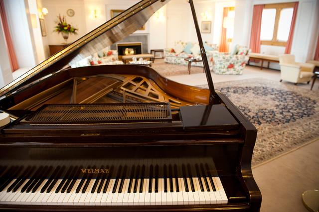 Piano na sala de visitas da rainha (Foto: Divulgação)