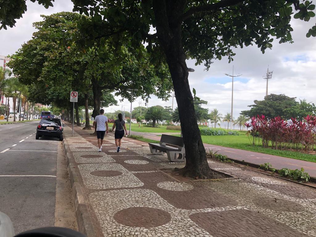 Calçadão da orla em Santos amanhece interditado, mas moradores ainda se arriscam
