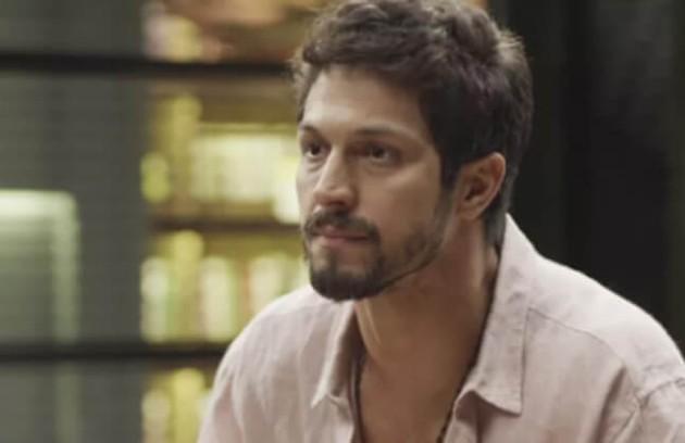 Na quinta-feira (2), Marcos dará um soco na cara de Diogo após ele exigir ficar com a sala de Alberto na editora (Foto: TV Globo)