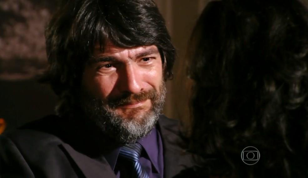 Dom Rafael (Cesar Troncoso) se emociona ao declarar o seu amor para Cristal (Moro Anghileri), sua filha - 'Flor do Caribe'  — Foto: Globo