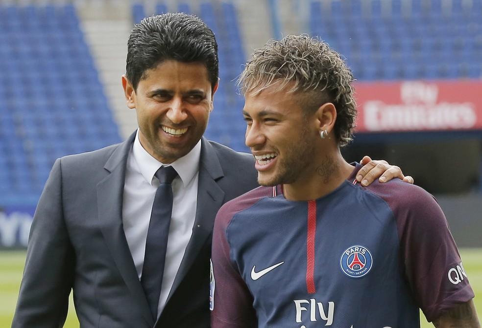 Nasser Al-Khelaifi, presidente do PSG, ao lado de Neymar: