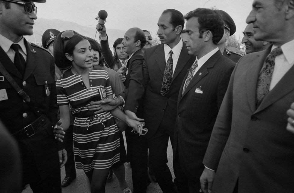 Seguranças cercam o xá em 1971 (Foto: MAGNUM PHOTOS via BBC)