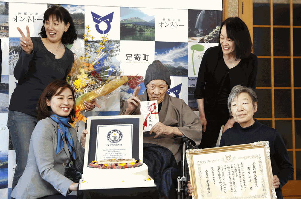 Masazo Nonaka, ao lado da família, recebeu título em cerimônia nesta terça. (Foto: Kyodo via Reuters)
