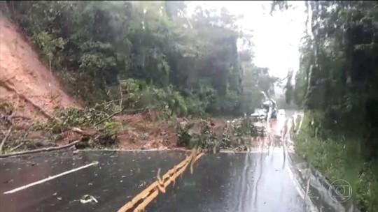Chuva forte causa deslizamentos e fecha estradas no Espírito Santo