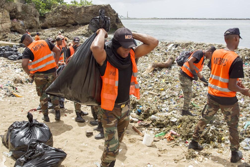 Trabalhadores retiram lixo acumulado nas praias da República Dominicana (Foto: Erika SANTELICES / afp)