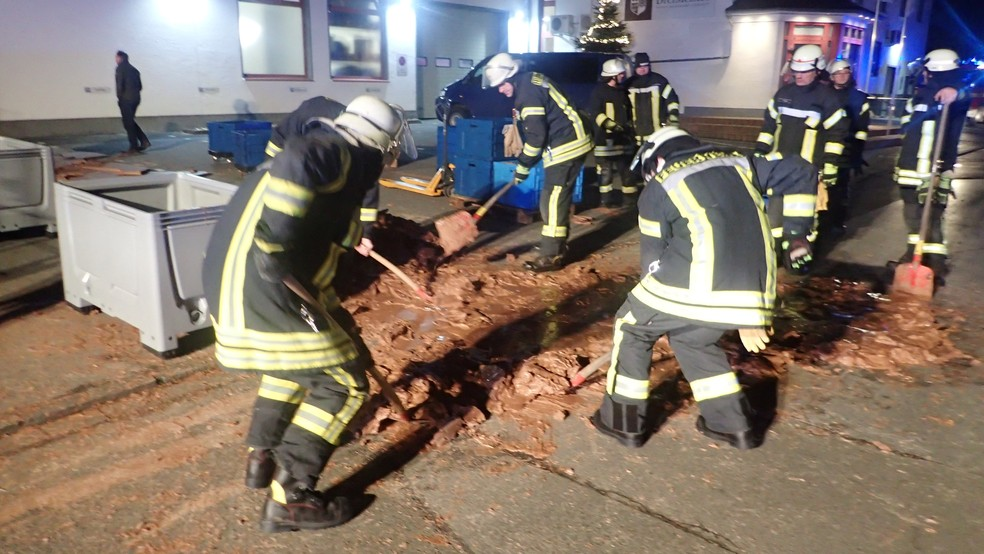Bombeiros tiveram trabalho para retirar o chocolate que solidificou no chão após vazamento. — Foto: Feuerwehr Werl/Reuters
