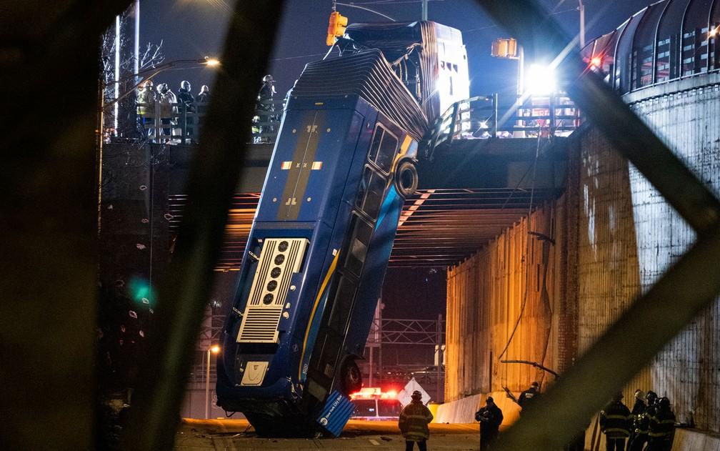 Ônibus articulado que ficou pendurado em ponte no Bronx, em Nova York, após acidente na noite de quinta-feira (14) — Foto: AP Photo/Craig Ruttle