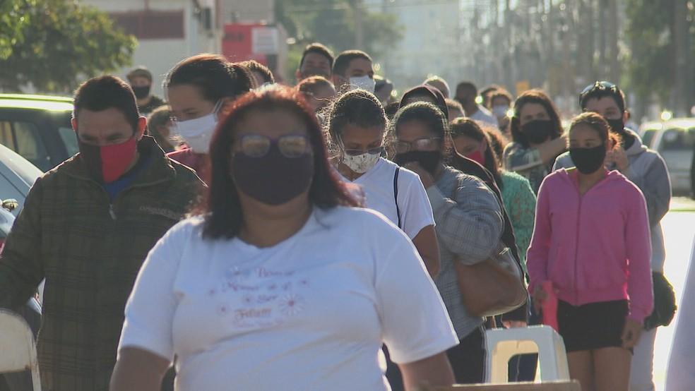 Moradores de Ceilândia fazem fila para testagem do novo coronavírus no DF — Foto: TV Globo/Reprodução
