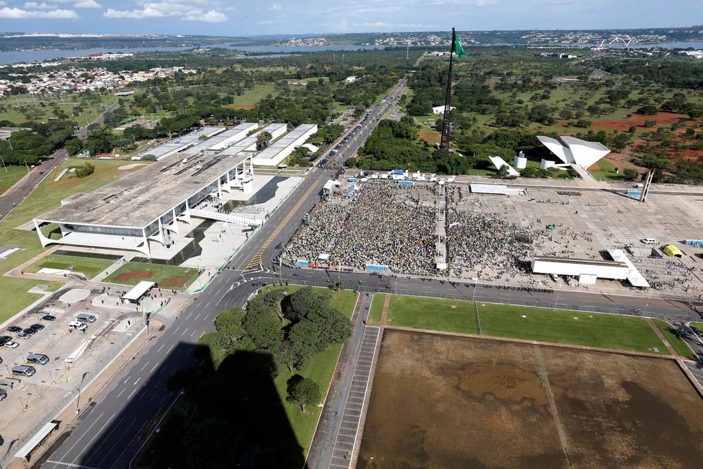 Público reunido em frente ao Palácio do Planalto para a posse de Jair Bolsonaro — Foto: Adriano Machado/Reuters