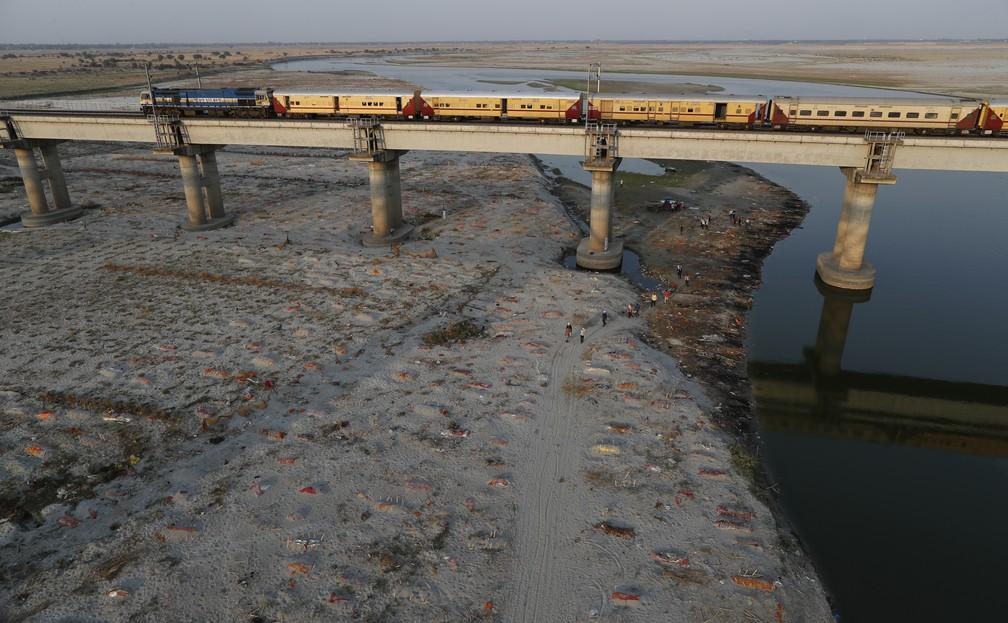 Corpos enterrados em covas rasas nas margens do rio Ganges, em Prayagraj, na Índia, em 15 de maio de 2021. Polícia investiga se corpos são de vítimas da Covid-19. — Foto: Rajesh Kumar Singh/AP