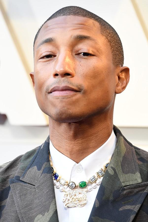Pharrell Williams vestindo Comme des Garçons e colar de sua colaboração com a Chanel na cerimônia do Oscar. (Foto: Getty Images)