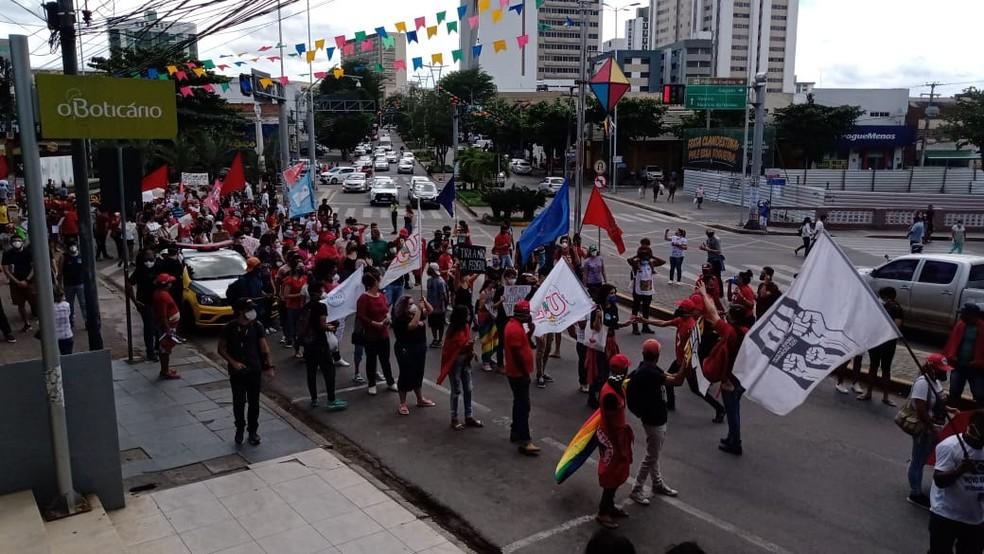 Grupo se organizou em fila indiana para protestar contra o governo Bolsonaro, por volta das 10h30, em Caruaru (PE). — Foto: Priscila Martins/TV Asa Branca