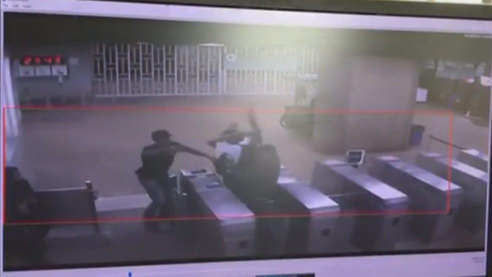 Ladrões rendem segurança durante assalto a estação do Metrô do DF — Foto: Reprodução/TV Globo