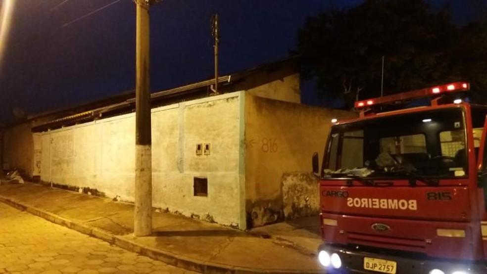 Bombeiros controlaram incêndio em residência, em Avaré — Foto: Divulgação/Corpo de Bombeiros