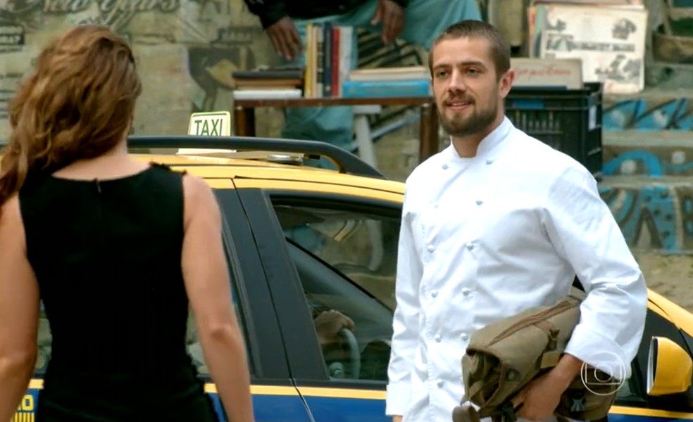 Cristina (Leandra Leal) diz a Vicente (Rafael Cardoso) que vai à festa da Império com ele — Foto: Globo