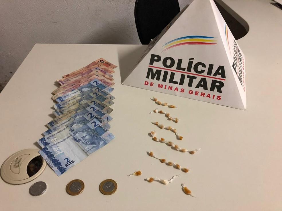 Na casa foram encontradas pedras de crack e dinheiro em Ouro Fino — Foto: Polícia Militar