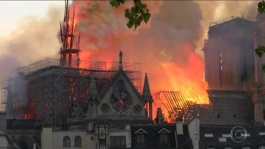 Imagem da catedral durante o incêndio — Foto: Reprodução/JN