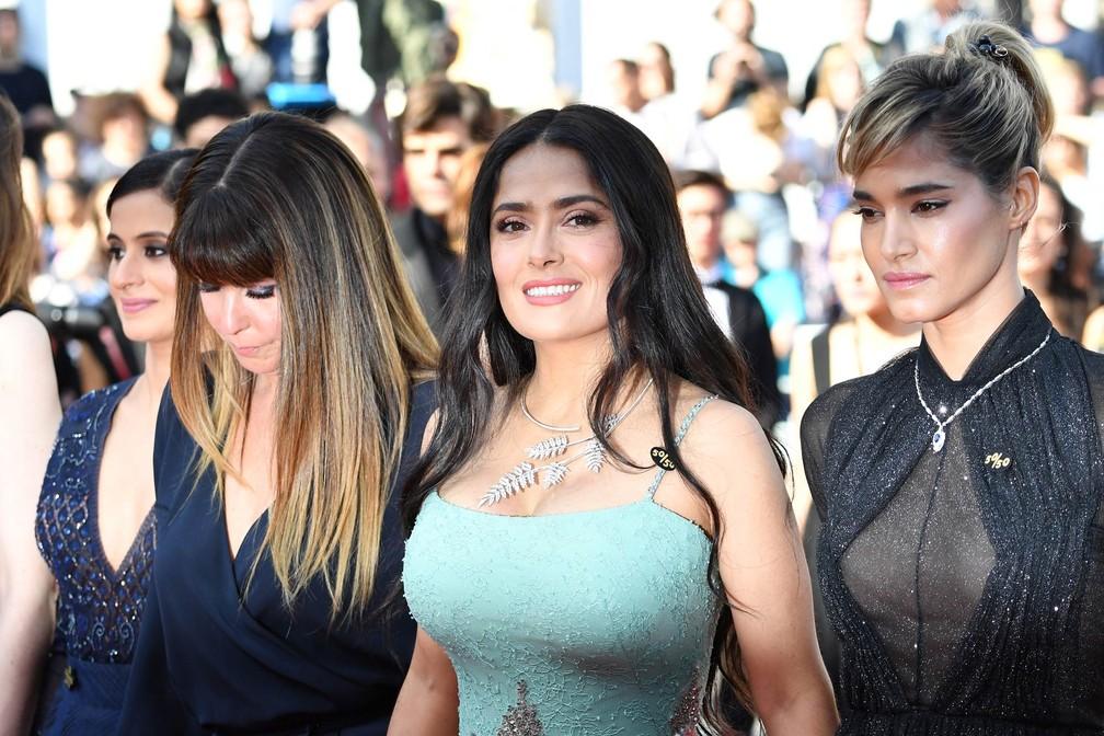 A atriz Salma Hayek participa de mãos dadas com outras mulheres do cinema de protesto no tapete vermelho de Cannes (Foto: Alberto Pizzoli/AFP)
