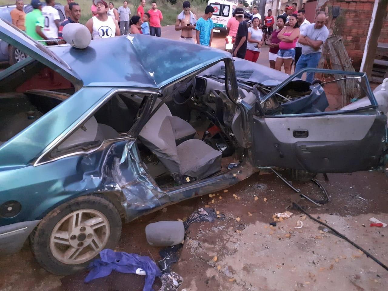 Motorista fica ferido após bater em muro e em carro estacionado