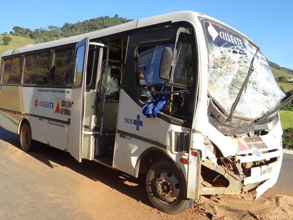 Micro ônibus ficou com a parte frontal destruída com a colisão — Foto: Silvan Alves/Divulgação