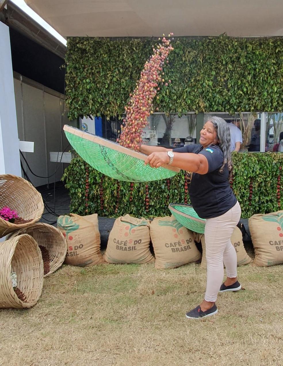 """Dona Lena criou cinco filhos com o cultivo do café e hoje é a """"garota propaganda"""" do grão no estado — Foto: Mary Porfiro/Rede Amazônica"""