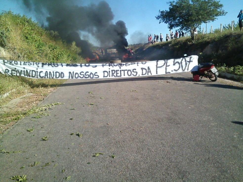 Manifestantes bloqueiam a PE-507 em Serrita  (Foto: Francisco Sergio Lopes / Arquivo pessoal)