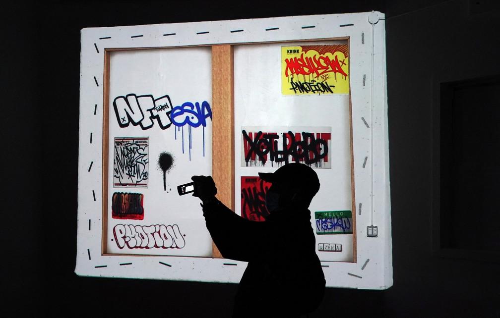 Na galeria de NFT em Nova York, pessoas podem ver obras digitais por projeção ou uma tela gigante— Foto: Timothy A. Clary / AFP