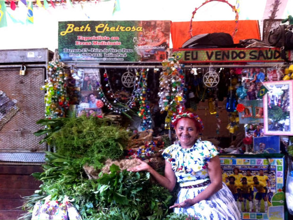 Dona Beth Cheirosinha, 63, já atua há 48 anos no mercado Ver-o-Peso. Ela aprendeu a produzir os banhos e essências com a avó e a mãe. — Foto: Dominik Giusti/G1