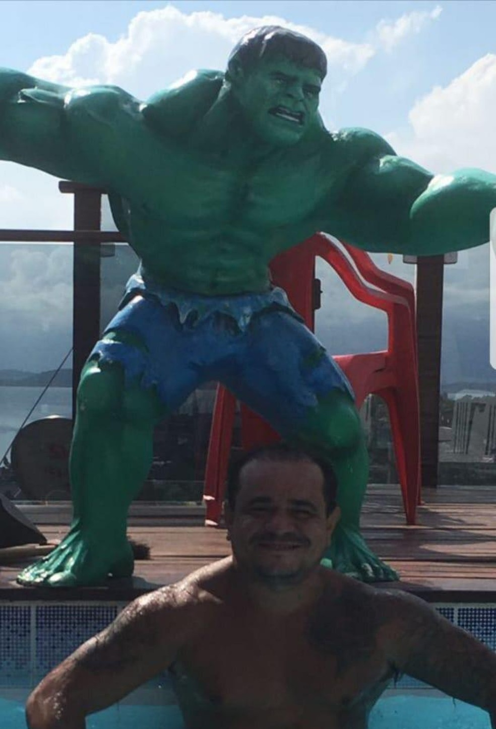O traficante Gil na piscina no alto do Morro do Dendê, na Ilha do Governador, Zona Norte da cidade — Foto: Divulgação