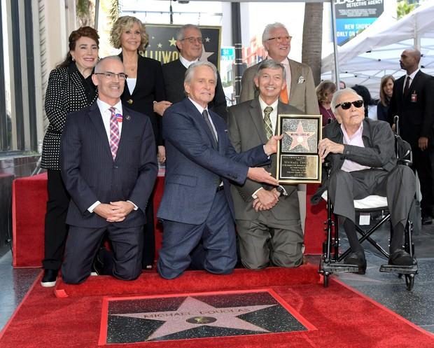 Donelle Dadigan, Jane Fonda, Ron Meyer, Mitch O'Farrell, Michael Douglas, Leron Gubler e Kirk Douglas (Foto: Getty Images)