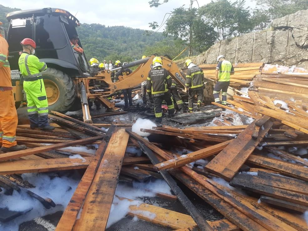 Carga do caminhão pegou fogo após o acidente — Foto: Policia Rodoviária Federal/Divulgação