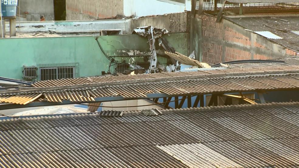 Avião cai em depósito e deixa um morto e um ferido em Guarapari, Espírito Santo — Foto: Reprodução/ TV Gazeta