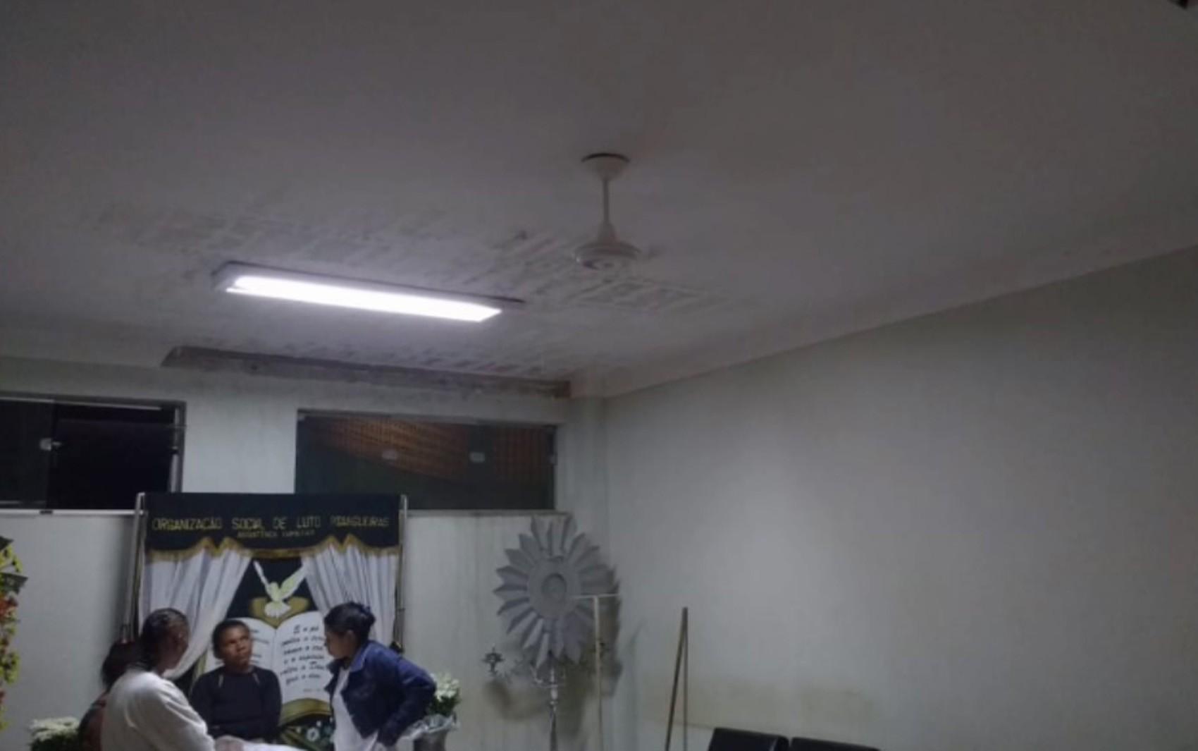 Goteiras em cima de caixão e velório alagado revoltam família de mulher em Pitangueiras, SP - Noticias
