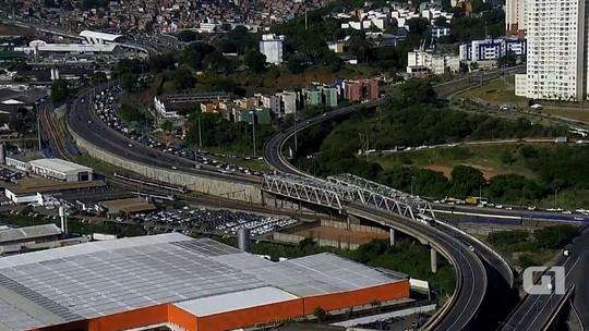 Caminhão quebra na BR-324 e deixa trânsito congestionado na região por quase 2h30