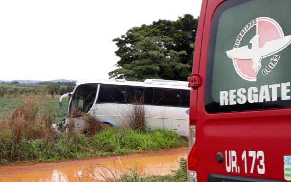 Ônibus e carro saíram da pista, em Formosa, Goiás — Foto: Divulgação/Corpo de Bombeiros