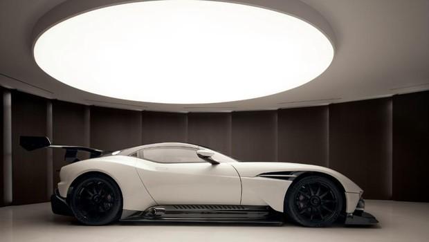 O tríplex de 20 mil metros quadrados que vem até com o último modelo Aston Martin Vulcans, que custa em torno de US$ 3 milhões (Foto: Divulgação)