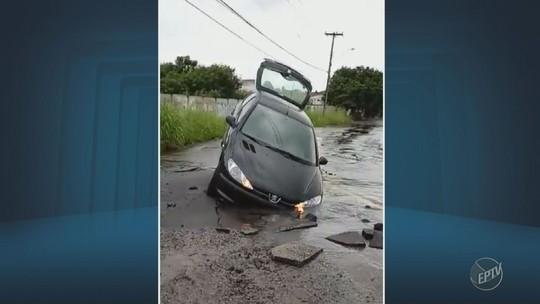 Carro é parcialmente 'engolido' por buraco em rua do Distrito de Barão Geraldo, em Campinas