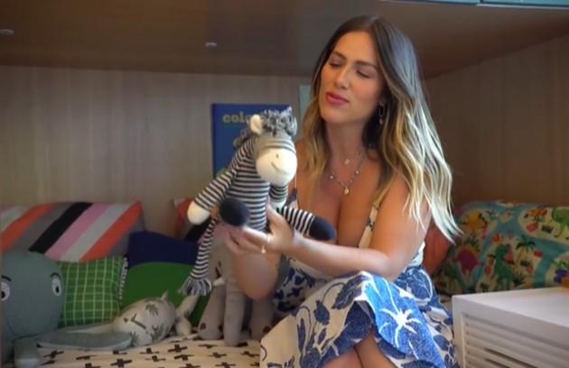 Ela mostrou ainda um bonequinho com um signifcado especial: 'Essa zebrinha foi a primeira zebrinha... Sabe aquele bichinho que é o bichinho da vida. Esse foi o primeiro da Chichi... Ela deu de presente para o Zyan' (Foto: Reprodução)