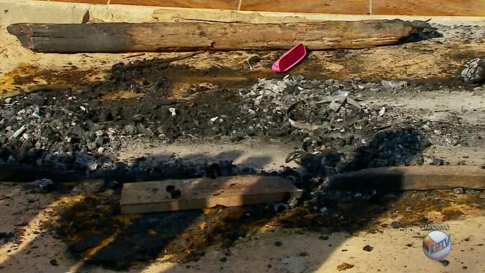 Na época, corpo de uma das vítimas foi queimado em Cristais (MG) (Foto: Reprodução EPTV)