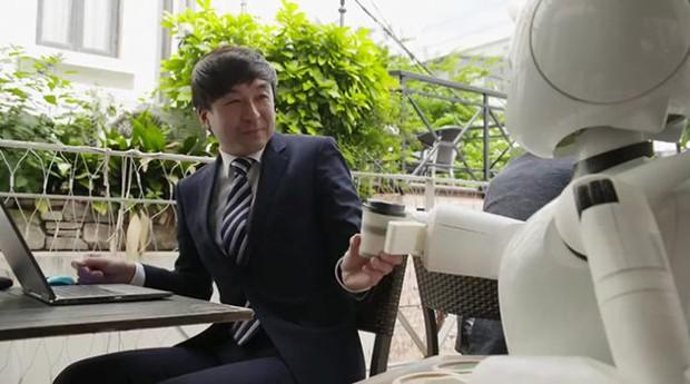 Robô atende cliente em café no Japão (Foto: Reprodução)