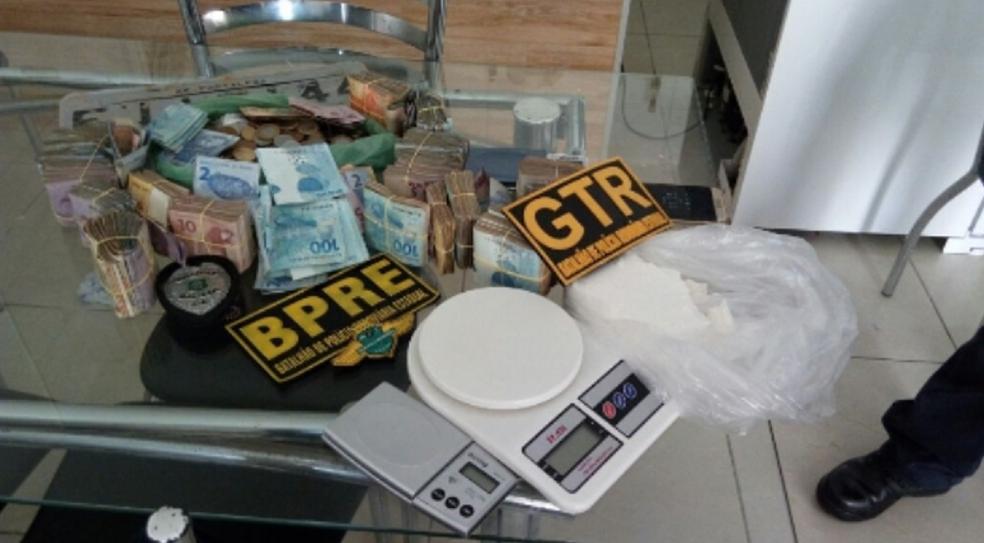Traficante foi preso em Fortaleza. Todo material foi apreendido. Inquérito policial permanece na delegacia especializada. (Foto: SSPDS/Divulgação)