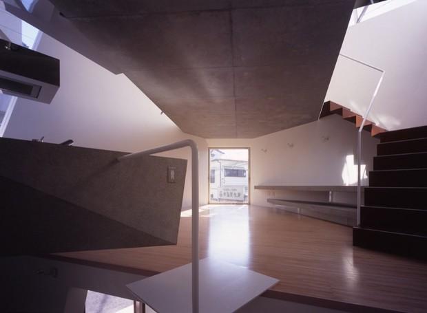 O piso do andar de cima é vazado fazendo com que as janelas do segundo andar iluminem todo o ambiente (Foto: Makoto Yoshida/ Atelier Tekuto/ Reprodução)