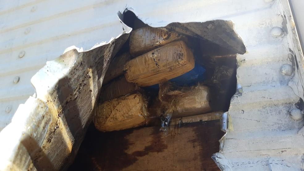 Caminhoneiro é preso ao transportar mais de 500 quilos de maconha em fundo falso — Foto: Divulgação/Polícia Rodoviária Federal