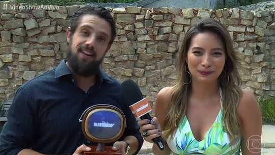Rafael Cardoso recebe 'Troféu Vídeo Show' por melhor tapa recebido na TV
