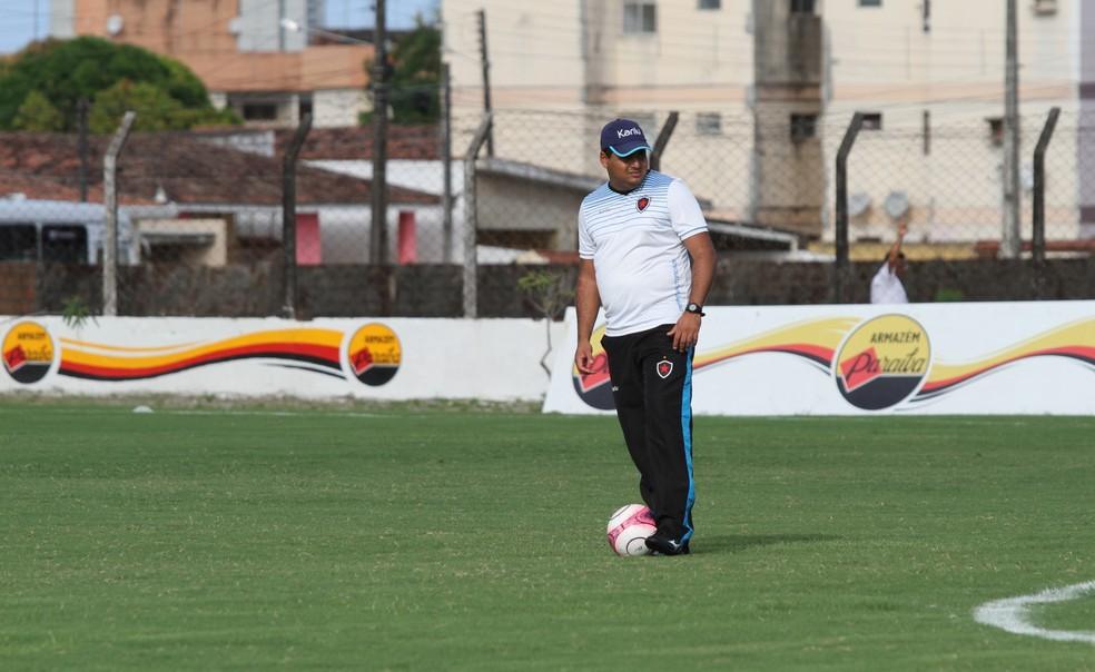 Leston Júnior chega a sua primeira decisão comandando o Botafogo-PB (Foto: Cisco Nobre/GloboEsporte.com)