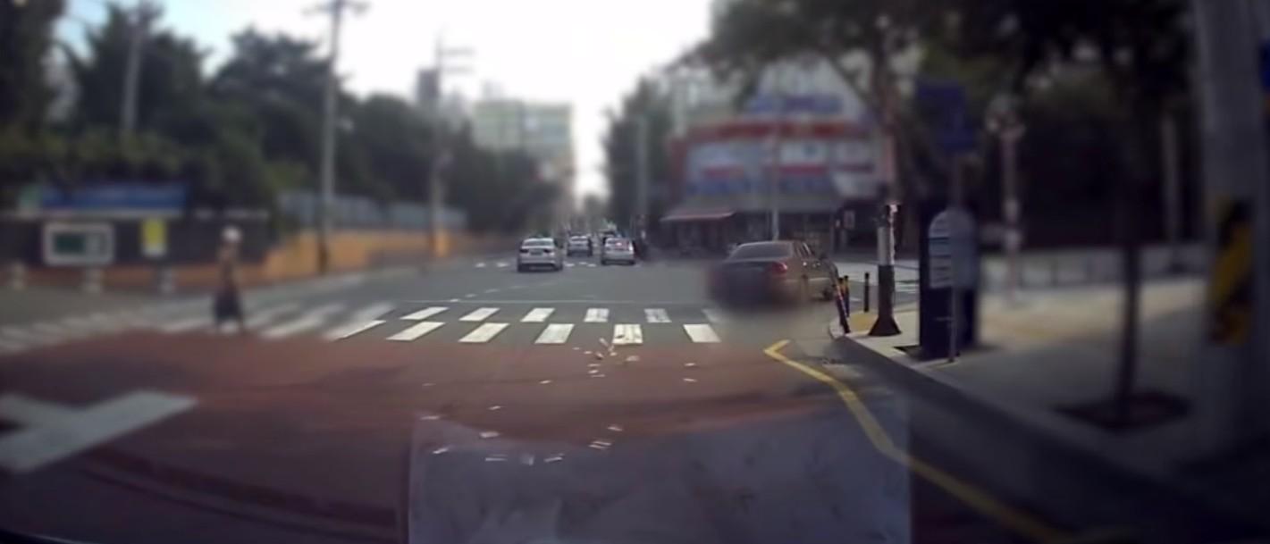Vídeo flagrou o momento em que a mulher joga as notas (Foto: Reprodução/YouTube)