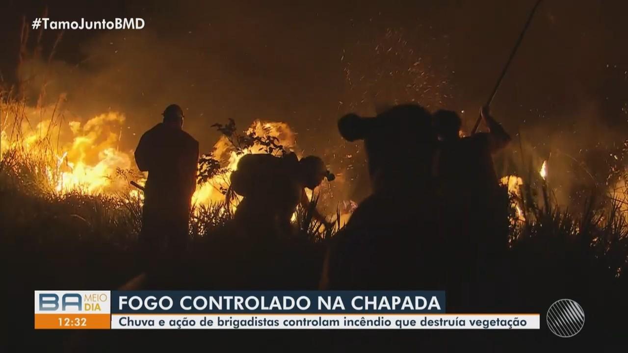 Com ajuda da chuva, bombeiros e voluntários conseguem conter o fogo na Chapada Diamantina