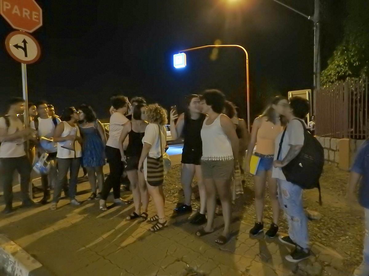 Universitários fazem 'beijaço' contra suposto ato de homofobia na frente de bar em Boa Vista
