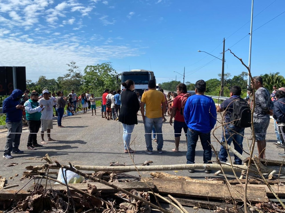 Ponte em Feijó foi fechada na manhã desta quarta-feira (30) — Foto: Arquivo pessoal