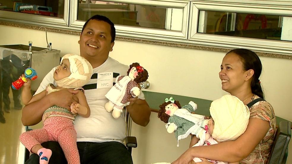 Artesãs voluntárias confeccionaram 'bonecas siamesas' doadas a Maria Ysadora e Maria Ysabelle — Foto: Cláudio Oliveira/EPTV
